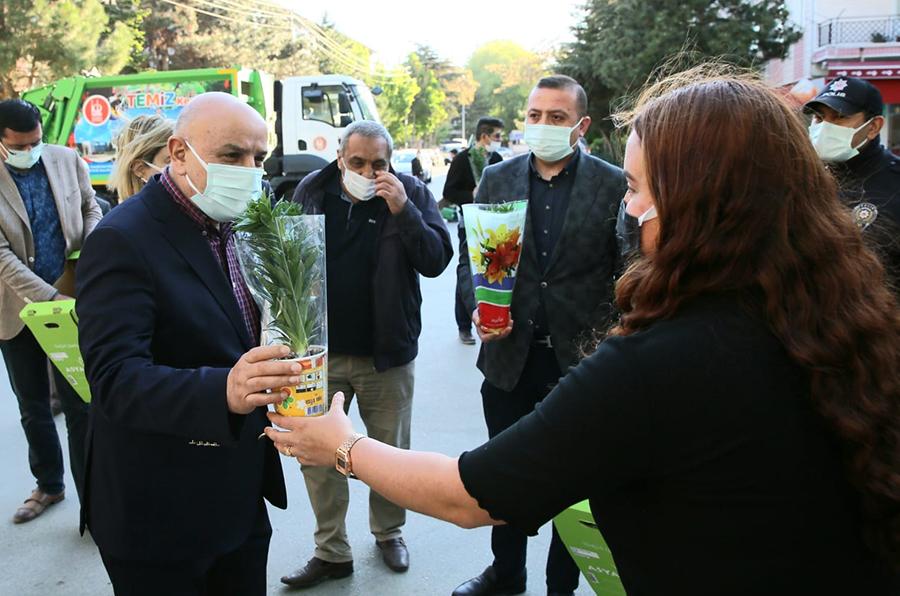 Başkan Altınok Anneler Günü'nü çiçeklerle kutladı